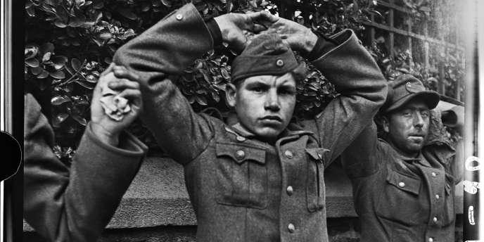 Jeune soldat allemand prisonnier, près de Saint-Malo, Bretagne, 9 aout 1944