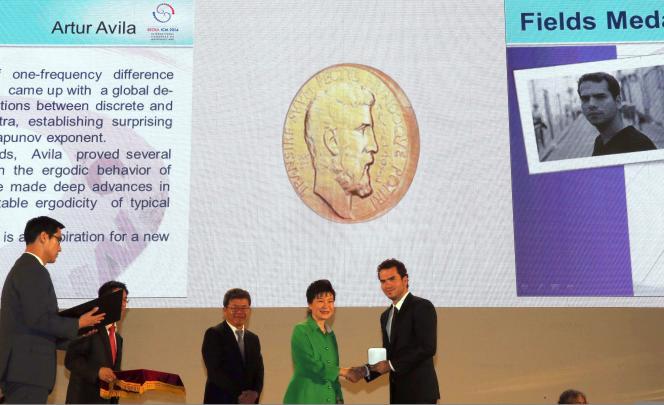 Artur Avila reçoit la médaille Fields des mains de la présidente sud-coréenne, le 13 août.