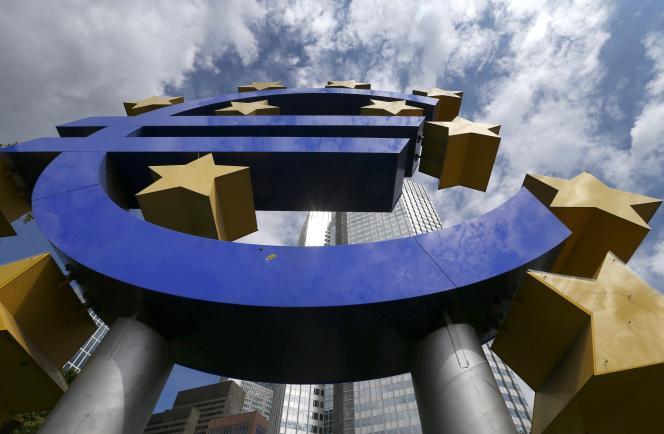 Le logo de l'euro, devant le quartier général de la Banque centrale européenne à Francfort, en Allemagne.