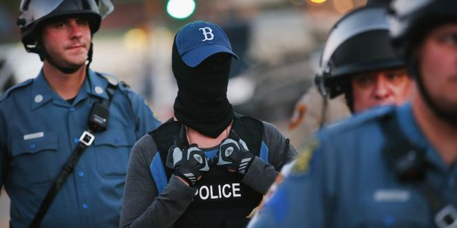 Des policiers pendant les manifestations