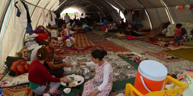 La plupart des réfugiés yézidis sont hébergés dans un campement de toile situé à Silopi (sud-est) et proche de la frontière.