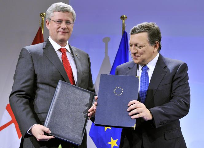 Le premier ministre Stephen Harper et le président de la Commission européenne José Manuel Barroso lors de la signature de l'accord de principe sur le CETA, le 18 octobre 2013.