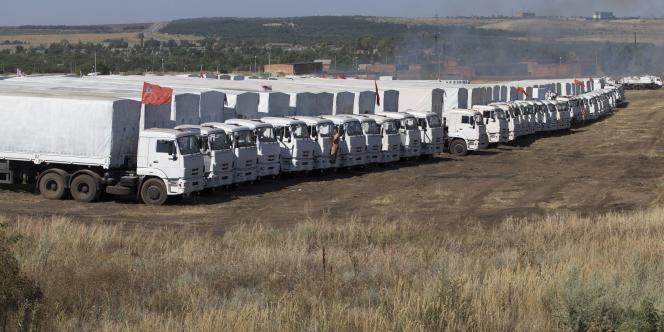 Un convoi humanitaire stationné en Russie, vendredi 15 août.