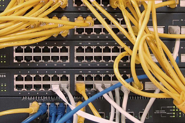 Des câbles dans une baie de serveurs