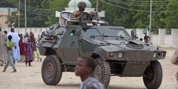 Un soldat à Maiduguri (Nigeria), à 180 km du village où ont été enlevés des dizaines d'hommes et de garçons le 15 août 2014.