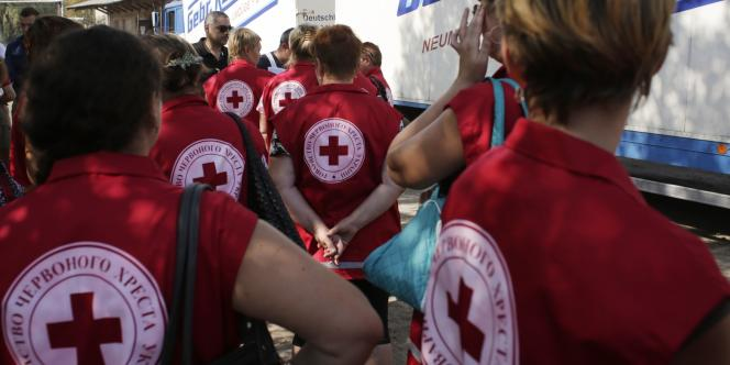 Employés de la Croix rouge ukrainienne sur le point de vérifier un convoi humanitaire, vendredi 15 août.