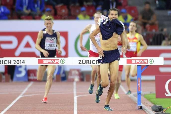 Le coureur français Mahiedine Mekhissi, vainqueur du 3 000 m steeple, a été disqualifié pour avoir enlevé son maillot.