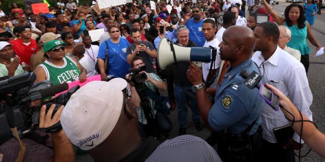 Le capitaine Ronald Johnson devant la foule, le 14 août à Ferguson.