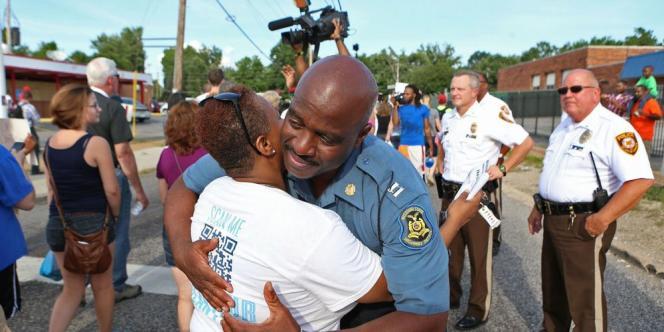 Le nouveau responsables des forces de l'ordre, un Noir originaire de la ville du Missouri, s'est joint au défilé en hommage à l'adolescent afro-américain tué par un policier samedi.