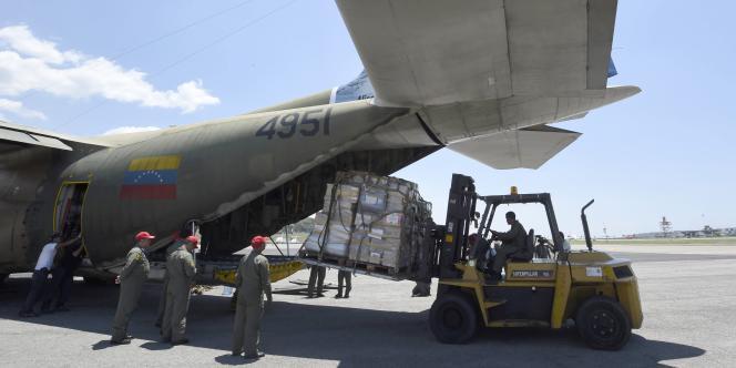 L'armée vénézuélienne charge de l'aide humanitaire à destination de Gaza, mardi 12 août.