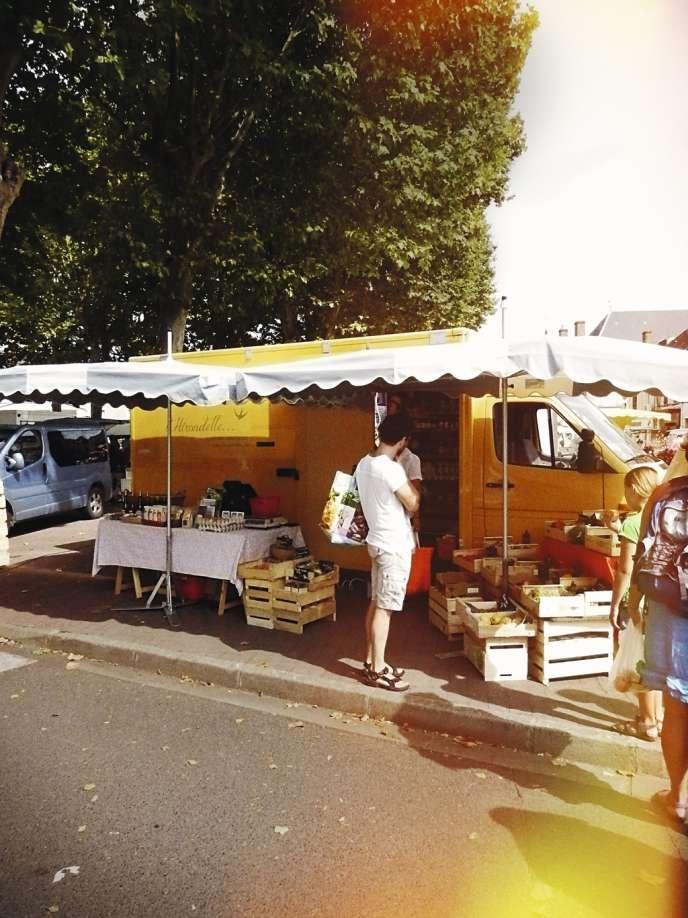 L'Hirondelle, épicerie bio itinérante, sur le marché de Saint-Gaultier dans l'Indre, le 8 août.