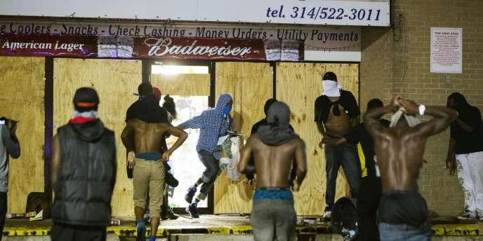 Des émeutiers ont pillé des magasins dans la nuit de vendredi à samedi, quelques heures après que la police eut révélé que Michael Brown, le jeune Noir tué par un policier était soupçonné de vol.