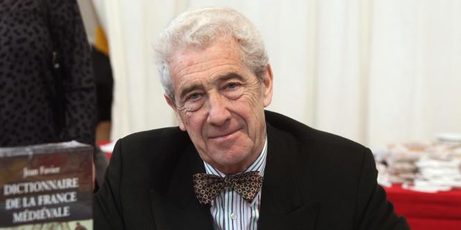 L'écrivain et historien Jean Favier, le 6 novembre 2004 à Brive-la-Gaillarde, lors de la 23e édition de la Foire du livre de Brive.