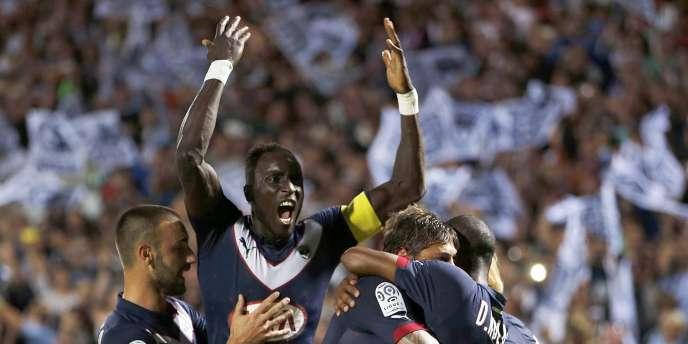 Le capitaine bordelais Ludovic Sane harangue la foule, dimanche, lors de sa large victoire contre Monaco.