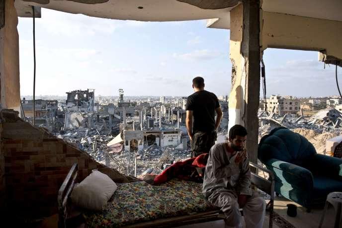 Depuis le 8 juillet, date de la nouvelle offensive israélienne dans la bande de Gaza, au moins 1 980 personnes sont mortes côté palestinien, majoritairement des civils, et 67 côté israélien, dont trois civils.