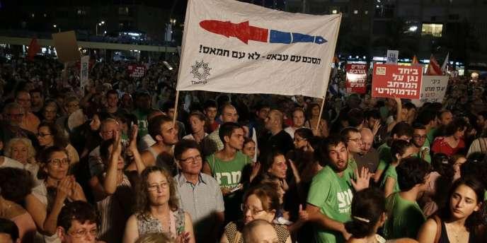 Des milliers d'Israéliens ont appelé samedi leur gouvernement à reprendre les discussions avec l'Autorité palestinienne de Mahmoud Abbas et dénoncé « une guerre qui pouvait être évitée ».