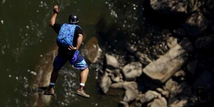 Ce sport extrême consiste à se jeter dans le vide depuis une falaise avant d'ouvrir son parachute.
