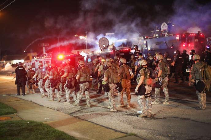 A Ferguson, la police fait face aux manifestants le 17 août.
