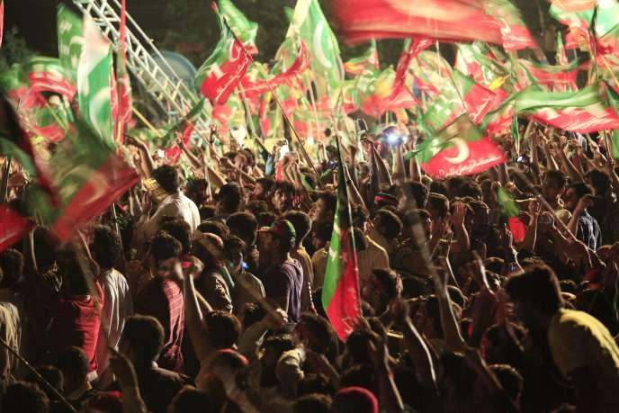 Des manifestants brandissant le drapeau du Parti de la justice de l'opposant Imran Khan, à Islamabad dimanche 17 août.