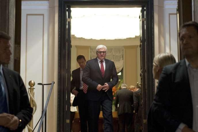 Le ministre des affaires étrangères allemand Frank-Walter Steinmeier à la sortie de la réunion berlinoise avec ses homologues ukrainien, russe et français, lundi 18 août, peu après minuit.