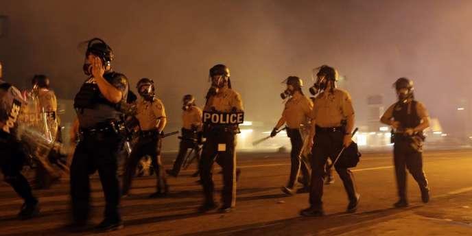 Quelques heures avant l'instauration d'un nouveau couvre-feu, la police du comté de Saint Louis a rapporté des « coups de feu » et des « cocktails Molotov jetés sur les policiers ».