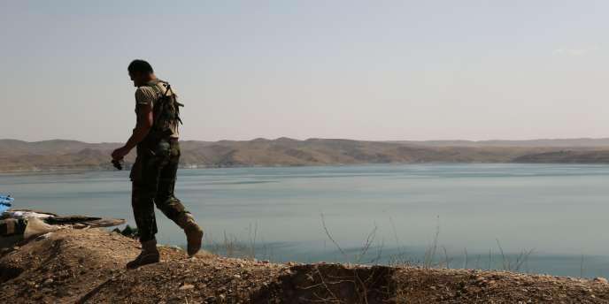 Un peshmergha kurde sur le barrage de Mossoul, le 17 août.