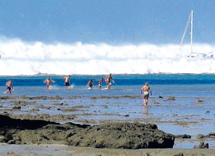 La Suédoise Karin Svaerd vient au secours de sa famille sur la plage d'Hat Rai Lay, dans le sud de la Thaïlande, le 26 décembre 2004, juste avant que la vague ne les emporte. Recadrée, cette photo a fait le tour de la planète.