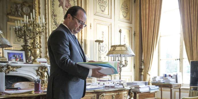 François Hollande dans son bureau du Palais de l'Elysée à Paris, mardi 19 août.