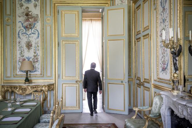 François Hollande quitte son bureau de l'Elysée, mardi 19 août à Paris.