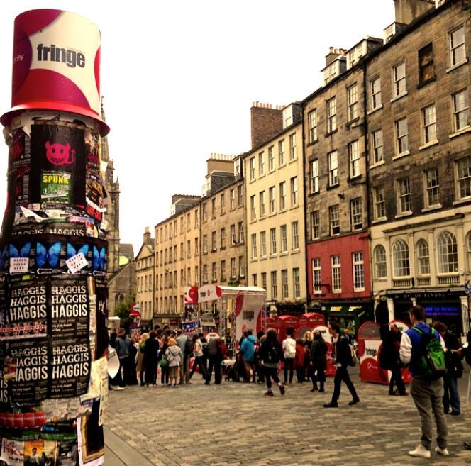 Affiches pour les spectacles du Fringe dans le quartier de Royal Mile (Old Town), à Edimbourg en août 2014.