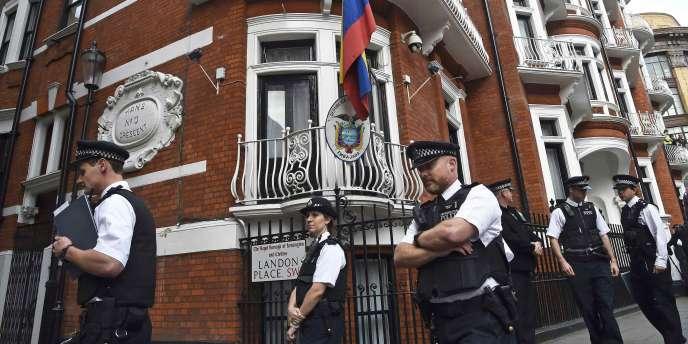 Les policiers qui gardent l'ambassade d'Equateur à Londres appréhenderaient Julian Assange s'il devait en sortir.