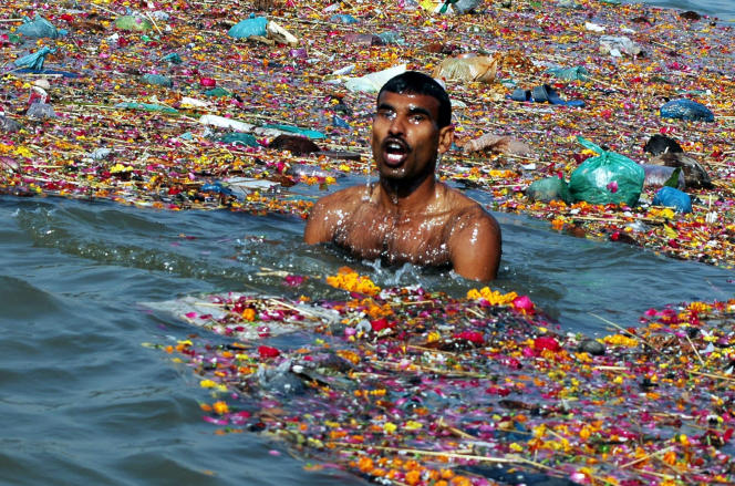 Les eaux polluées du Gange à la hauteur de la ville d'Allahabad, dans le nord de l'Inde.