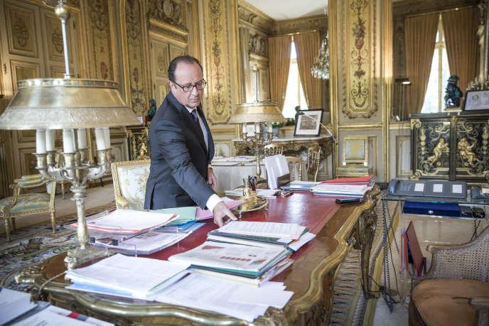 François Hollande, président de la République, répond à une interview du