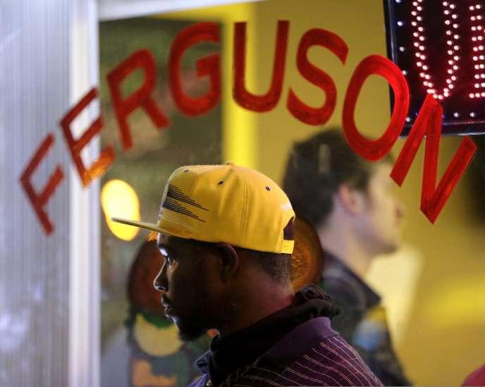 Contrairement à la veille, les manifestations ont été pacifiques dans cette ville du Missouri toujours secouée par le meurtre d'un adolescent noir il y a plus de 10 jours.