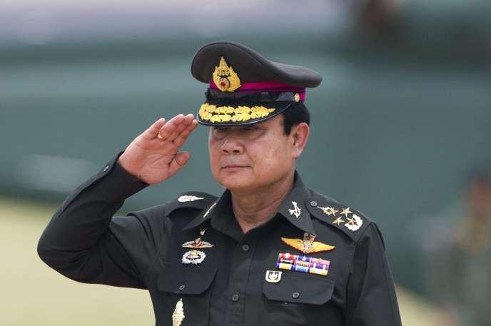 Ce passage au poste de premier ministre intervient à un moment-clé alors que Prayuth Chan-ocha devait prendre sa retraite de chef de l'armée de terre en septembre 2014.