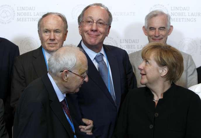 Angela Merkel avec les Prix Nobel Finn Kydland (devant), Edward Prescott, Roger Myerson et Christopher Sims (de gauche à droite), le 20 août, à Lindau.
