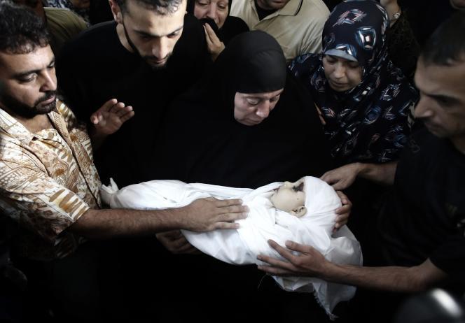 Le corps du fils de Mohamed Deif, le 20 août dans une mosquée de la bande de Gaza.