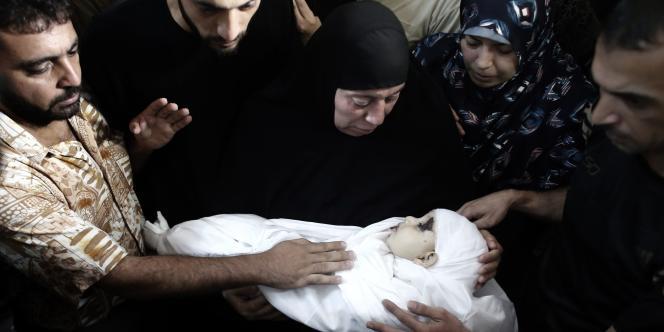 Des proches entourent la dépouille du fils de Mohammed Deif qui a péri avec sa mère lors d'une tentative d'assassinat dirigée contre le chef du Hamas, le 19 août.