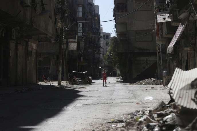 Une enfant syrienne au milieu des décombres d'une banlieue de Damas, le 21 août.