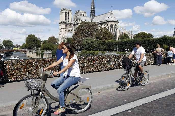Des Vélib' pont de l'Archevêché à Paris.