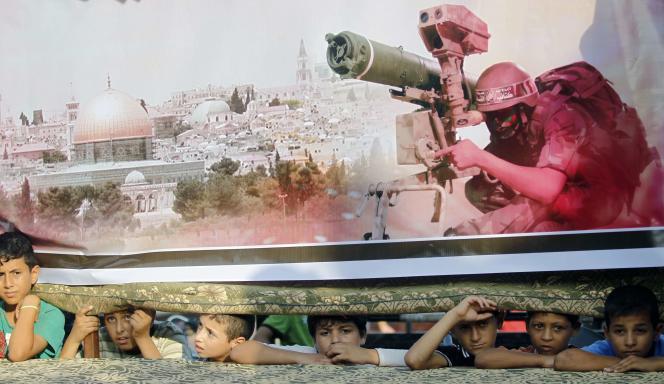 Des enfants sous un panneau du Hamas, le 18 août.