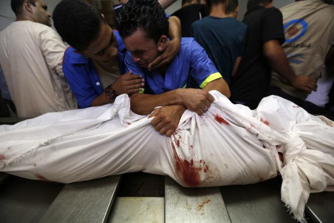 Un Palestinien pleure la mort d'un membre de sa famille, le 21 août à l'hôpital de Gaza.