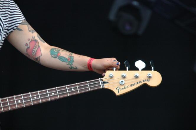 La bassiste Canan Rosén, du groupe Tiger Bell, à Rock en Seine, le 22 août 2014.