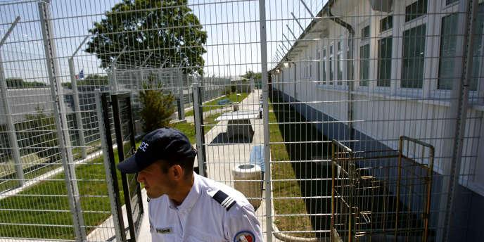 Le ressortissant algérien était parti du centre de rétention administrative de Vincennes. Il est mort lors de son transfert vers l'aéroport de Roissy.