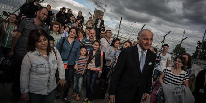 Laurent Fabius, ministre des affaires étrangères, a accueilli 40 chrétiens d'Irak à l'aéroport de Roissy-Charles-de-Gaulle, jeudi 21août.