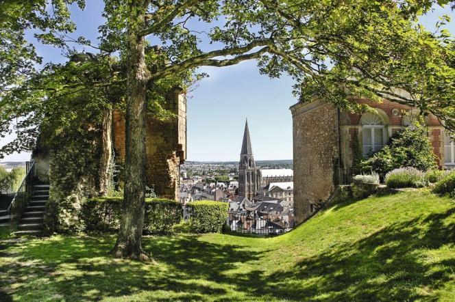 Dans le parc  du château,  les vieilles pierres accueillent les nouveaux noms  de la photographie contemporaine, comme Guillaume Rivière ou Dolorès Marat. -