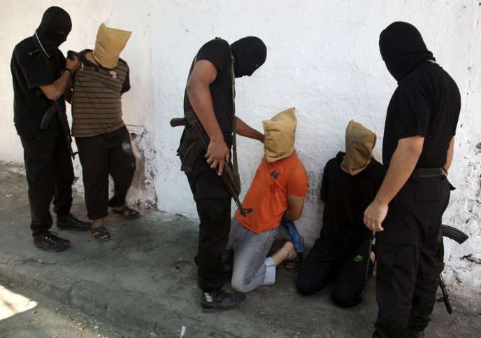 Des combattants du Hamas s'apprêtent à exécuter en public des Palestiniens accusés de collaboration avec Israël, vendredi 22 août à Gaza.