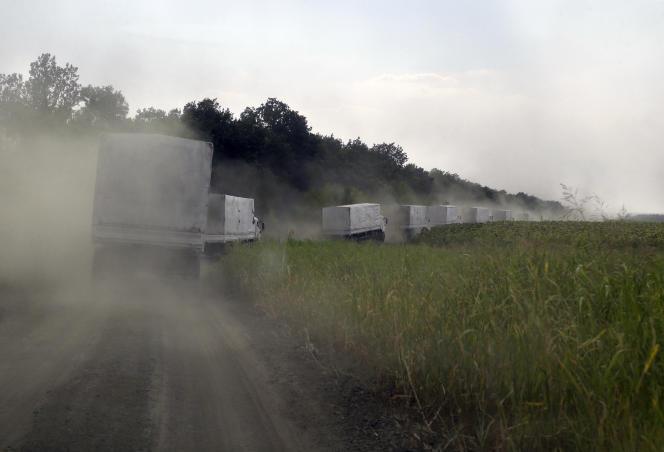 Après avoir passé la frontière, les camions du convoi russe se dirigent vers Louhansk, vendredi 22 août, dans l'est de l'Ukraine.