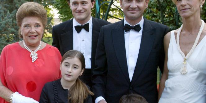 Philippine de Rothschild (à gauche), propriétaire du Château Mouton-Rothschild, pose en compagnie de ses deux fils Julien (2e à gauche) et Philippe en 2003 à Pauillac.