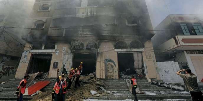 Des pompiers palestiniens après une frappe israélienne à Gaza, le 23 août.